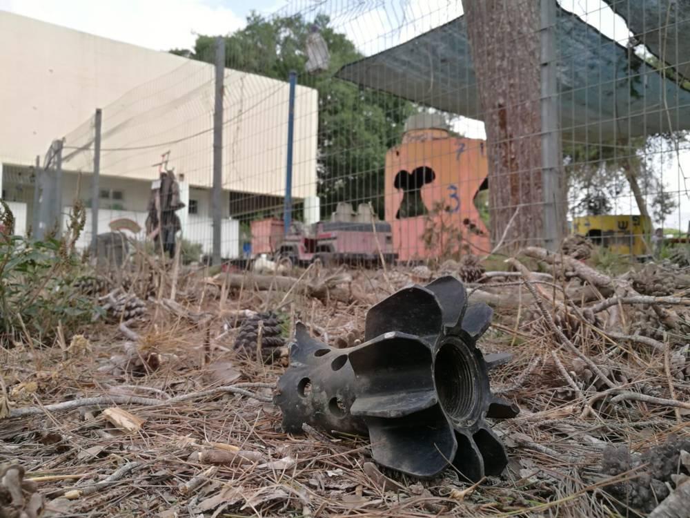 Restos de cohete lanzado desde Gaza que impactó en jardín de niños de Israel.