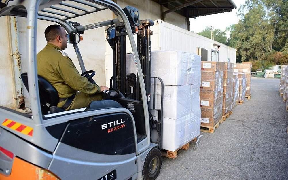 El ejército israelí prepara un cargamento de suministros médicos para la Franja de Gaza el 15 de mayo de 2018. El grupo terrorista Hamas, que gobierna el enclave costero, más tarde se negó a aceptar el equipo y lo devolvió.