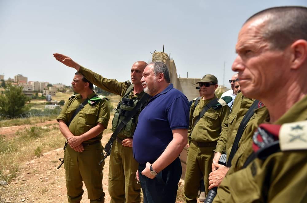 El ministro de Defensa Avigdor Liberman visita una base de las FDI en Samaria el 23 de mayo de 2018. (Ariel Harmoni, Ministerio de Defensa)