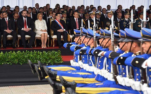 El presidente de Paraguay, Horacio Cartes (C, con banda), la vicepresidenta Alicia Pucheta (3-L) y el presidente electo Mario Abdo Benítez (L) asisten a un desfile militar para celebrar el 207° aniversario de la independencia del país, en Asunción, el 15 de mayo de 2018 . (AFP Photo / Norberto Duarte)