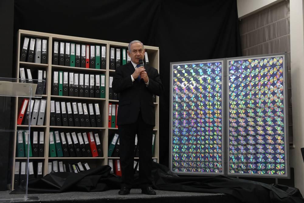 El primer ministro Benjamin Netanyahu da un discurso sobre los archivos obtenidos por Israel, dice que demuestra que Irán mintió sobre su programa nuclear, en el Ministerio de Defensa en Tel Aviv, el 30 de abril de 2018. (Miriam Alster / Flash 90)