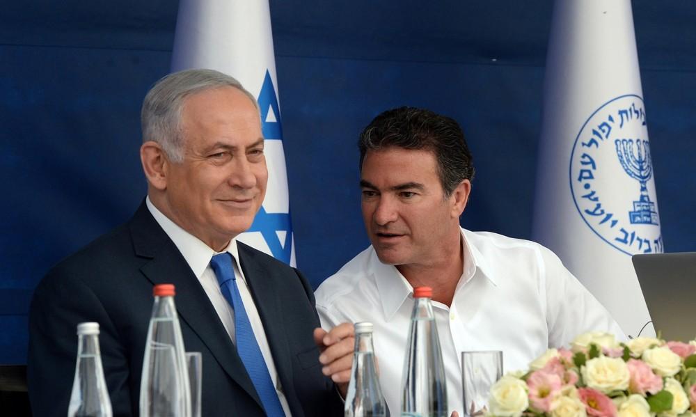 El primer ministro Benjamin Netanyahu y el jefe del Mossad Yossi Cohen durante una ceremonia de brindis por el Año Nuevo judío el 02 de octubre de 2017. (Haim Zach / GPO)