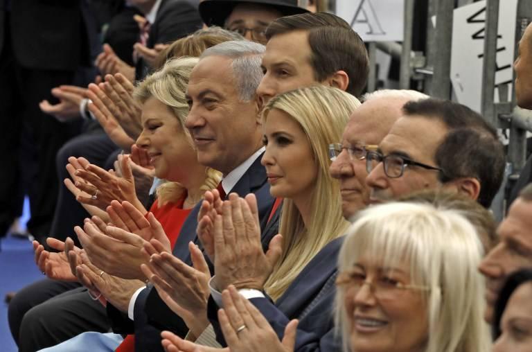 El primer ministro, Benjamin Netanyahu, su esposa Sara Netanyahu, Asesor Jared Kushner, la hija del presidente de Estados Unidos Ivanka Trump, Secretario del Tesoro estadounidense Steve Mnuchin, y el embajador estadounidense en Israel, David Friedman, asisten a la apertura de la embajada de los Estados Unidos en Jerusalem el 14 de mayo de 2018. (MENAHEM KAHANA / AFP)