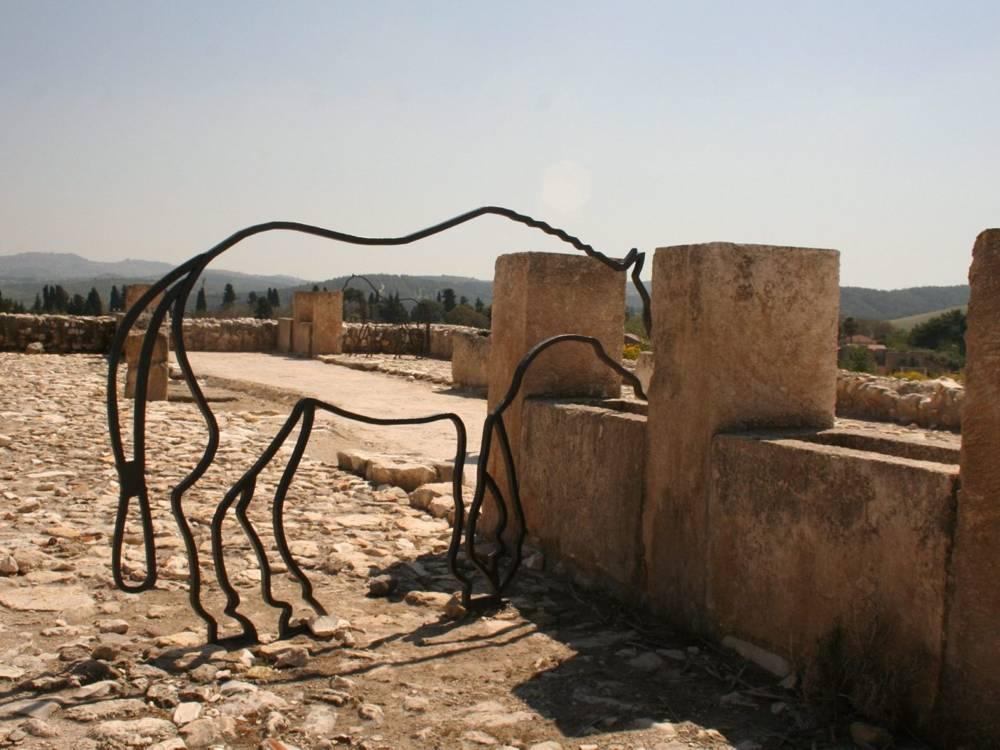 """Tell Megiddo: Estatua de alambre de caballo en los """"bebederos"""" de la antigua artesa en el antiguo patio pavimentado. Foto: Moshe Gilad"""