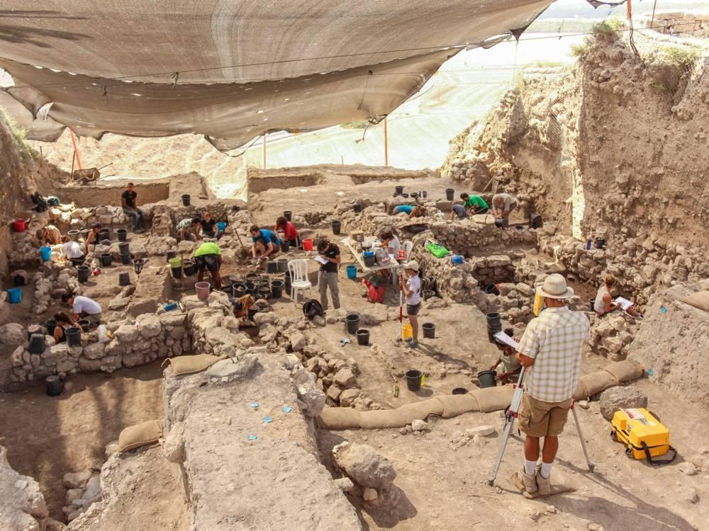 Excavando Megiddo: Un barrio de pequeñas casas y talleres. Crédito: Ariel David
