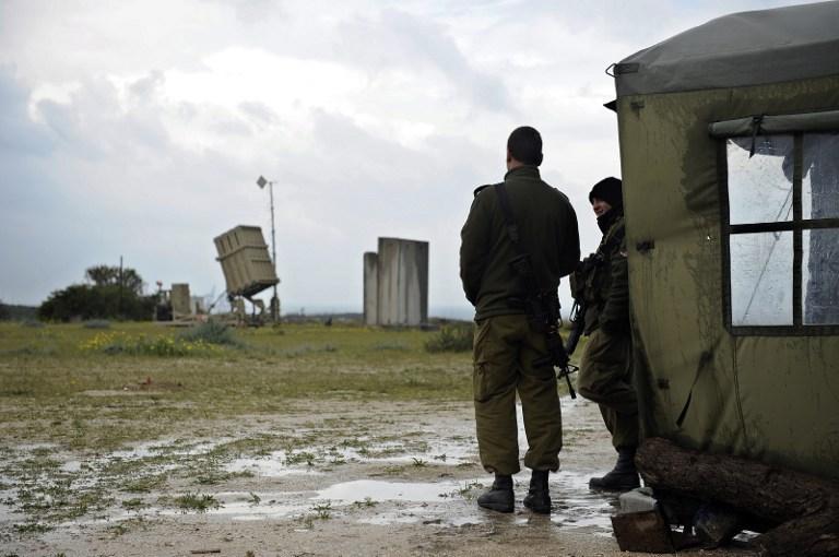 Ilustrativo: soldados de las FDI se paran cerca de una batería de defensa Cúpula de Hierro con misiles, marzo de 2014. (AFP / David Buimovitch)