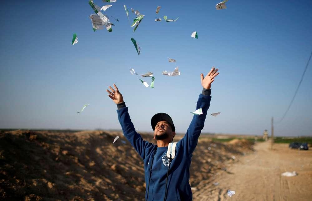 La Fuerza Aérea de Israel, horas antes lanzó miles de folletos a Gaza, advirtiendo a sus habitantes que no obedezcan a las directrices de Hamas. (Reuters))