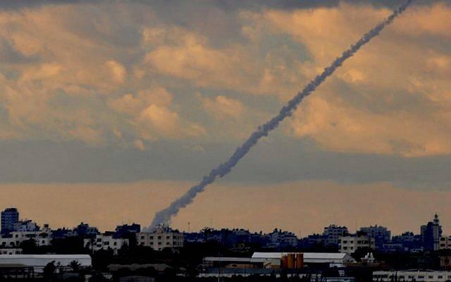 Fotografía ilustrativa de un cohete Grad que está siendo disparado. (Jorge Novominsky / Flash 90 / Archivo)