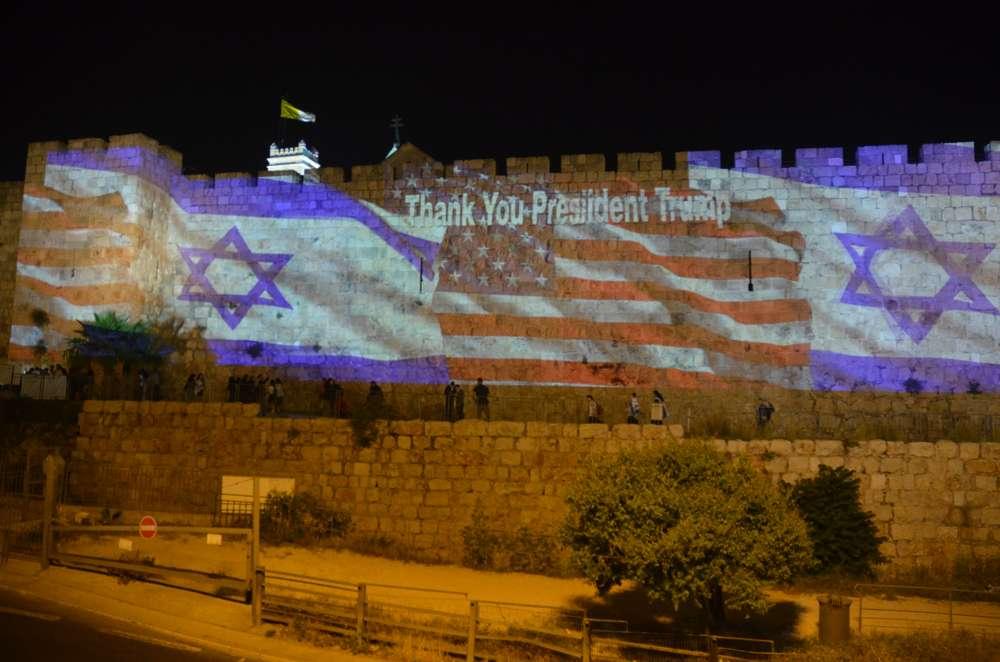 Las banderas de Estados Unidos e Israel se exhibieron en las paredes de la Ciudad Vieja con motivo del paso de la embajada (Foto: Portavoz del Municipio de Jerusalem)