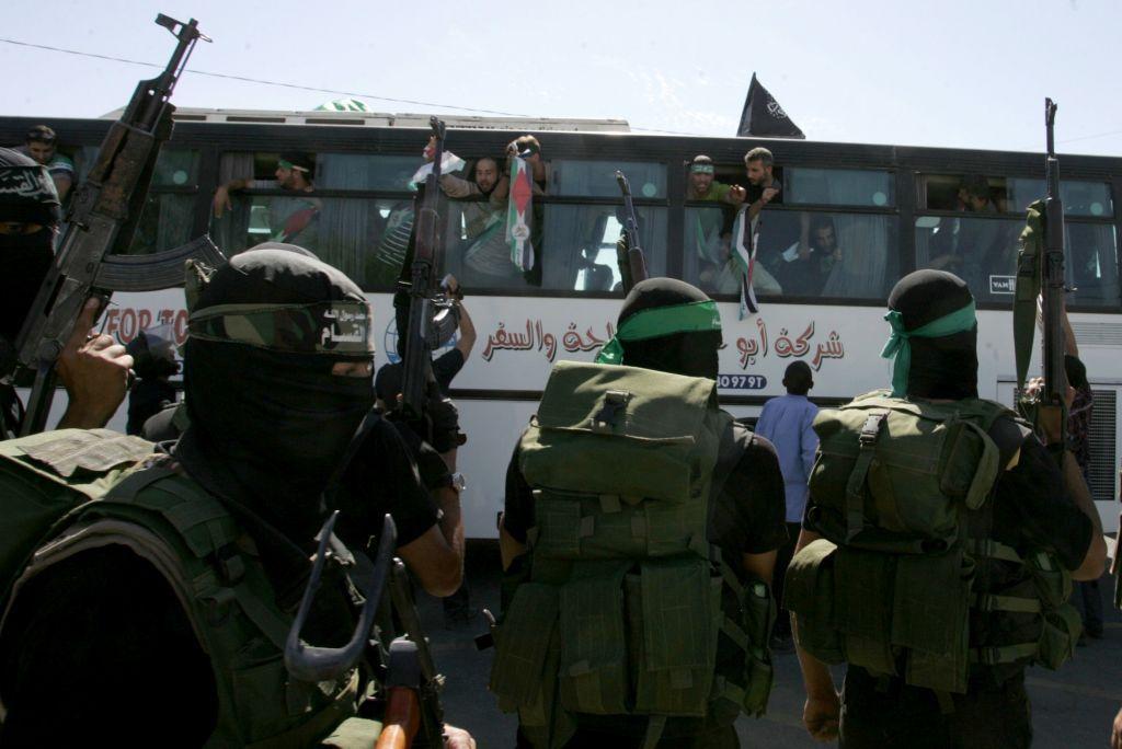 Ilustrativo: los miembros de Hamas observan cómo un autobús que transportaba prisioneros palestinos llega al cruce de Rafah con Egipto en el sur de la Franja de Gaza el 18 de octubre de 2011. (Abed Rahim Khatib / Flash 90)