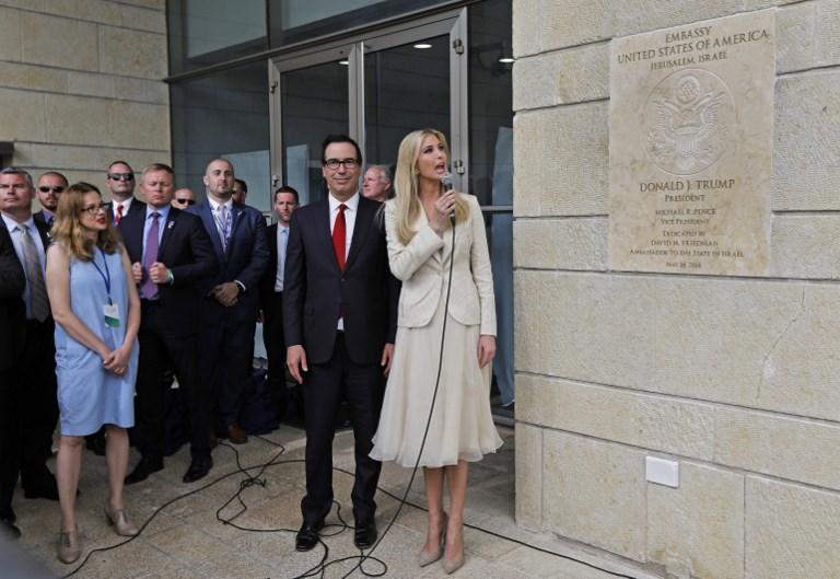 El secretario del Tesoro de Estados Unidos Steve Mnuchin y la hija y asesora del presidente estadounidense Donald Trump, Ivanka Trump, revelan la placa de inauguración durante la inauguración de la embajada de EE. UU. En Jerusalem el 14 de mayo de 2018. (AFP Photo / Menahem Kahana)
