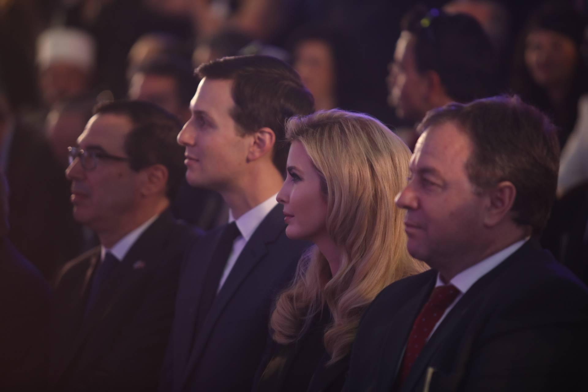 La hija y asesora del presidente de Estados Unidos, Donald Trump, Ivanka Trump, centro derecha, y el asesor principal de Trump, Jared Kushner, centro izquierda, en una ceremonia de bienvenida a la Embajada de EE. UU. en el Ministerio de Asuntos Exteriores, antes de la inauguración oficial de la Embajada de EE. UU. , 2018. (Hadas Parush / Flash 90)
