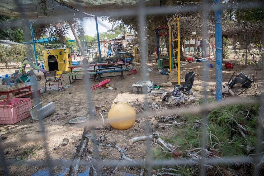 El sitio donde un mortero de Gaza golpeó un jardín de infantes en el sur de Israel, cerca de la frontera con Gaza el 29 de mayo de 2018. (Yonatan Sindel / Flash90)