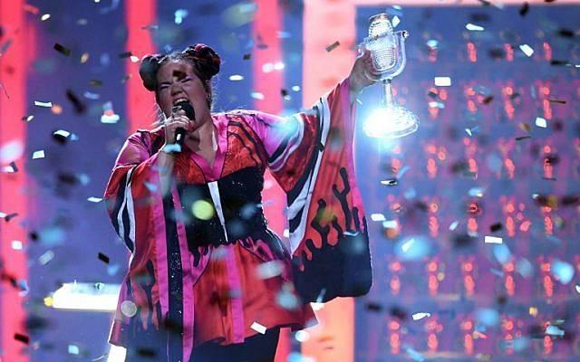 La cantante israelí Netta Barzilai, también conocida como Netta, se presenta con el trofeo después de ganar la final de la edición 63 del Eurovision Song Contest 2018 en el Altice Arena de Lisboa, el 12 de mayo de 2018. (AFP / Francisco LEONG)