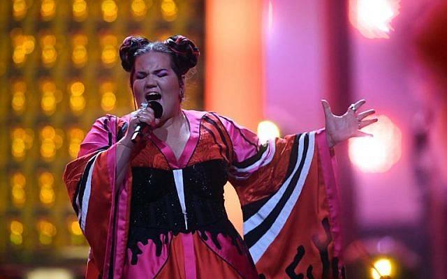 """La cantante israelí Netta Barzilai, también conocida como Netta, interpreta """"Toy"""" durante la final de la edición 63 del Eurovision Song Contest 2018 en el Altice Arena de Lisboa, el 12 de mayo de 2018. / (AFP / Francisco LEONG)"""