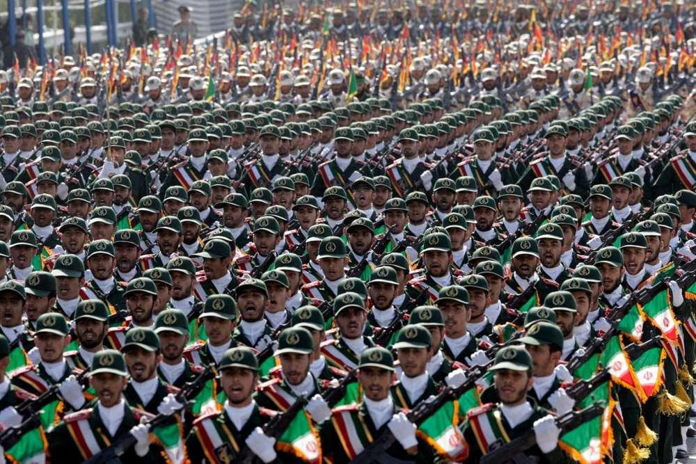 Las tropas de la Guardia Revolucionaria de Irán marchan, durante un desfile militar conmemorativo del comienzo de la guerra entre Iraq e Irán hace 32 años, frente al mausoleo del difunto líder revolucionario ayatolá Jomeini, a las afueras de Teherán, Irán, el viernes 21 de septiembre de 2012. (AP Photo / Vahid Salemi)