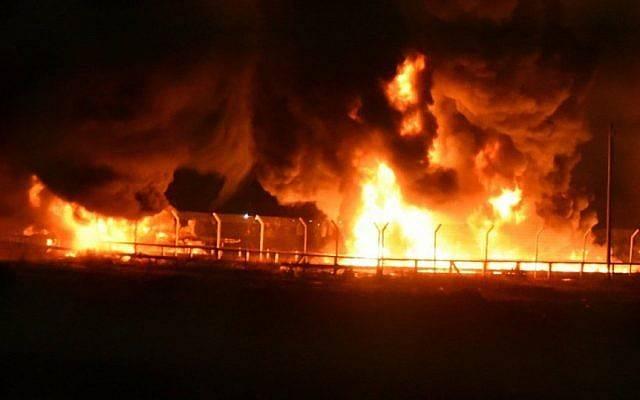 Las tuberías de gas se incendian en el cruce de mercancías Kerem Shalom entre Israel y la Franja de Gaza, 11 de mayo de 2018. (Fuerzas de Defensa de Israel)