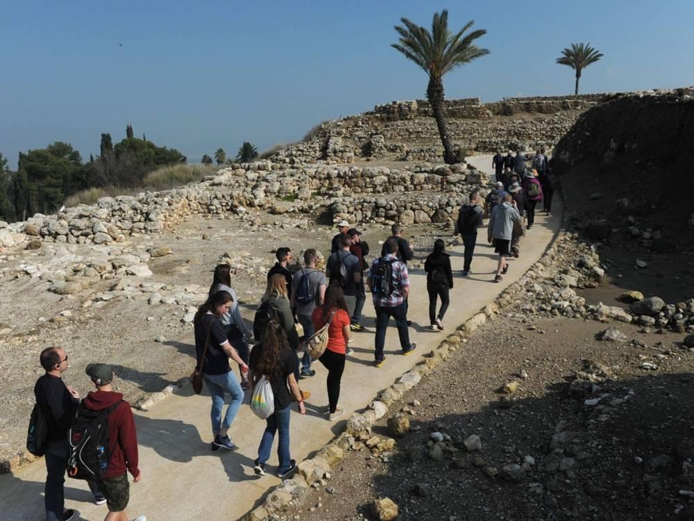 Los evangelistas visitan Tel Megiddo - el sitio postulado de Armagedón. Foto: Rami Chllouche