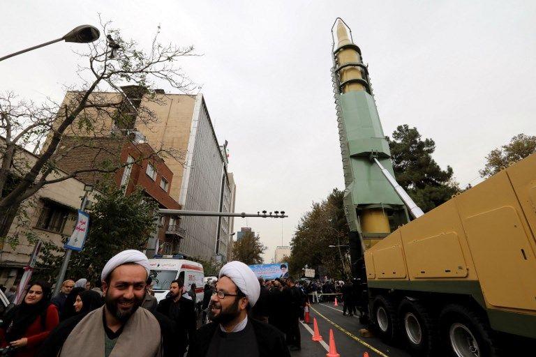 Los iraníes se reúnen junto a una réplica de un misil balístico de mediano alcance durante una manifestación frente a la antigua embajada de Estados Unidos en la capital iraní, Teherán, el 4 de noviembre de 2017, conmemorando el aniversario de su asalto por manifestantes estudiantiles que desencadenó una crisis de rehenes en 1979. AFP Photo / Atta Kenare)