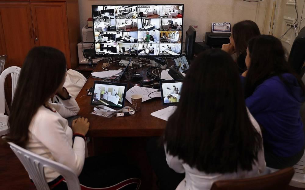 Miembros de la comisión electoral de Líbano supervisan la votación de expatriados libaneses en seis países árabes, antes de las elecciones parlamentarias programadas para el 6 de mayo en el Líbano en Beirut, el 27 de abril de 2018. (AP Photo / Hussein Malla)