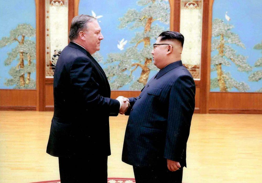 En esta imagen lanzada por la Casa Blanca, el entonces director de la CIA, Mike Pompeo, da la mano al líder norcoreano Kim Jong Un en Pyongyang, Corea del Norte, durante un viaje de fin de semana en el este de 2018.(Casa Blanca a través de AP)