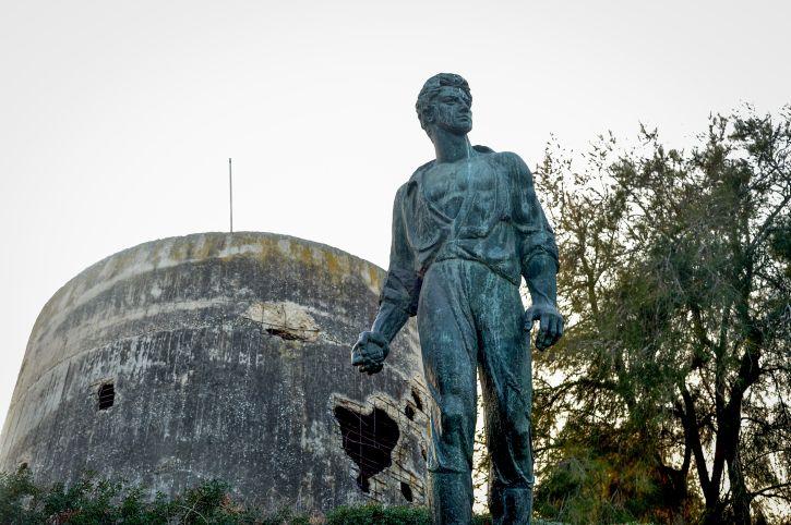 Una estatua conmemorativa de Mordechai Anilevich, uno de los líderes del levantamiento del ghetto de Varsovia, en el kibbutz Yad Mordechai, en el sur de Israel, que lleva su nombre en su honor, el 18 de enero de 2017. (Flash 90)