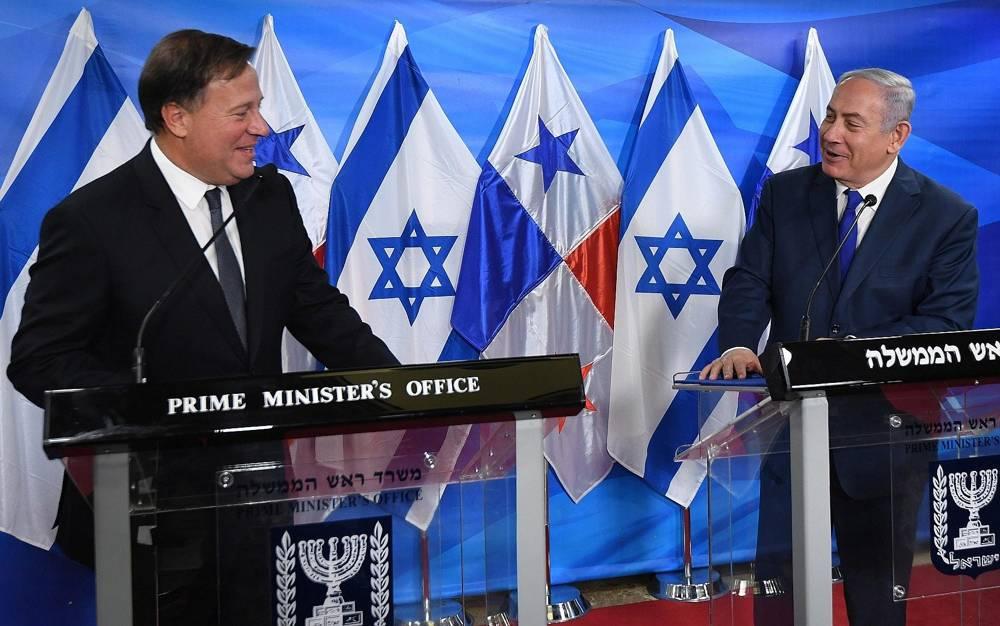 El Primer Ministro Benjamin Netanyahu (R) se reúne con el Presidente panameño Juan Carlos Varela en la Oficina del Primer Ministro en Jerusalem el 17 de mayo de 2018. (Haim Zach / GPO)
