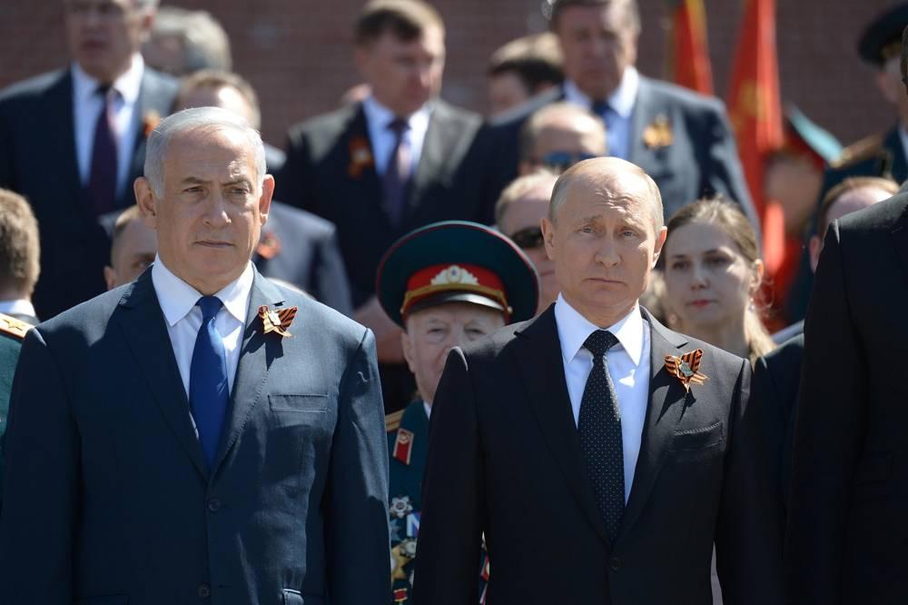 Primer ministro Benjamin Netanyahu, izquierda, y el presidente ruso Vladimir Putin vistos durante una ceremonia de colocación de corona en la Tumba del Soldado Desconocido en Moscú, el 9 de mayo de 2018. (Amos Ben Gershom / GPO)