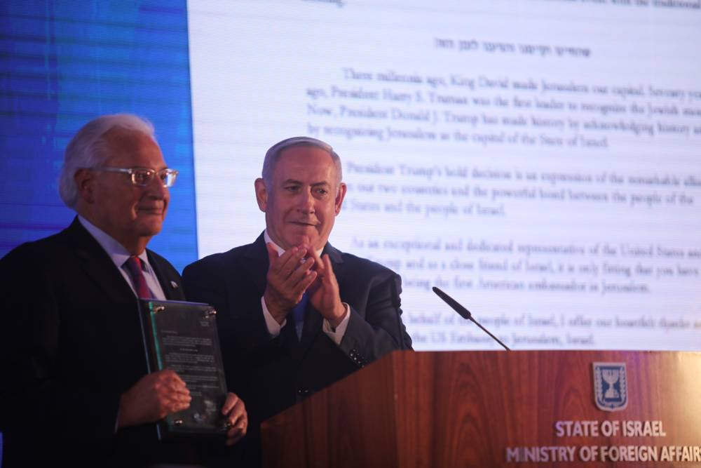 El Primer Ministro Benjamin Netanyahu, derecha, junto con el Embajador de los Estados Unidos David Friedman, en una ceremonia de bienvenida en el Ministerio de Relaciones Exteriores, antes de la inauguración oficial de la Embajada de los Estados Unidos en Jerusalén, 13 de mayo de 2018. (Hadas Parush / Flash 90)
