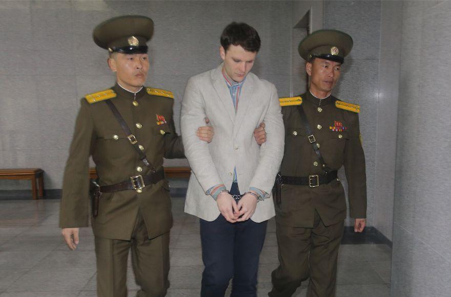 Otto Warmbier llega a una corte para su juicio en Pyongyang, Corea del Norte, 16 de marzo de 2015. (Xinhua / Lu Rui vía Getty Images / JTA)