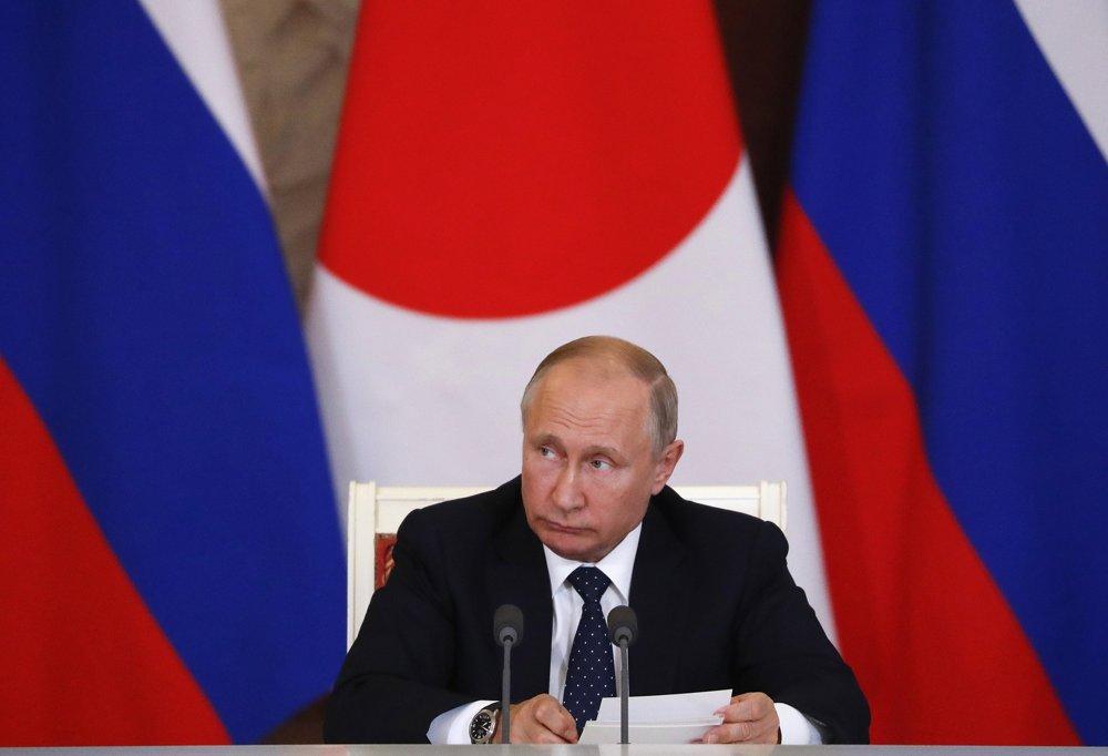 El presidente ruso, Vladimir Putin, habla durante una conferencia de prensa conjunta con el primer ministro japonés Shinzo Abe (no vista) tras sus conversaciones en Moscú, Rusia, el 26 de mayo de 2018. (Grigory Dukor / Pool Photo via AP)