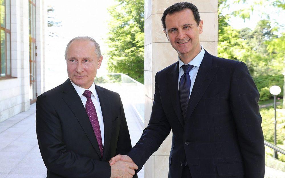 El presidente ruso Vladimir Putin, izquierda, estrecha la mano del presidente sirio, Bashar Assad, durante su reunión en el balneario de Sochi, en el Mar Negro, Rusia, el 17 de mayo de 2018. (Mikhail Klimentyev, Sputnik, Kremlin Pool Photo via AP)