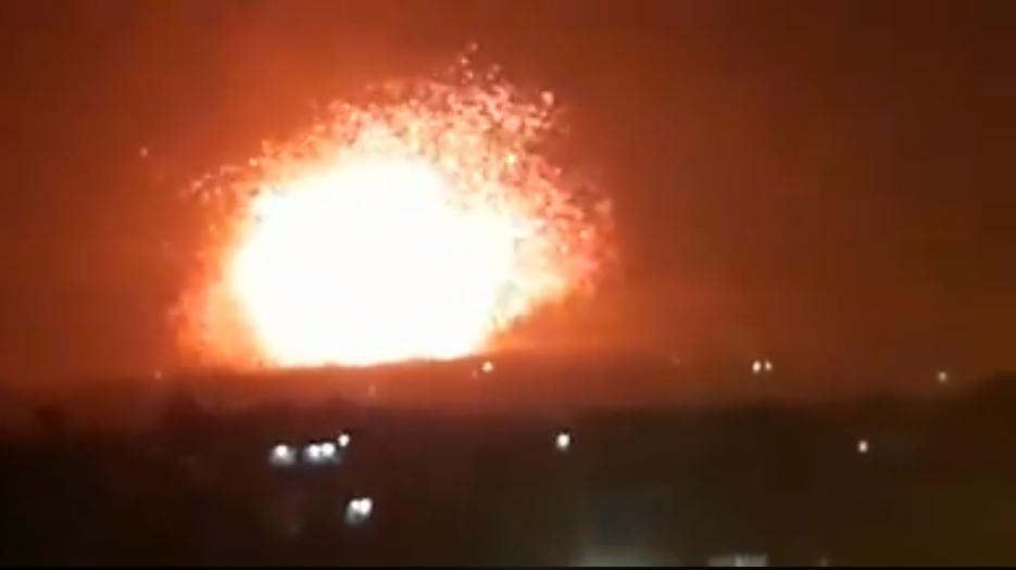 Se ve una explosión proveniente de una base militar, utilizada por milicias respaldadas por Irán, en las afueras de la ciudad de Hama, en el norte de Siria, el 29 de abril de 2018. (Captura de pantalla; Facebook)