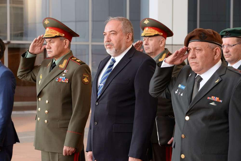 El ministro de Defensa ruso, Sergei Shoigu, a la izquierda, Avigdor Liberman, centro, y el jefe de personal de las FDI, Gadi Eisenkot, toman parte en una guardia de honor en la sede del ejército israelí en Tel Aviv el 16 de octubre de 2017. (Ariel Hermoni / Ministerio de Defensa)