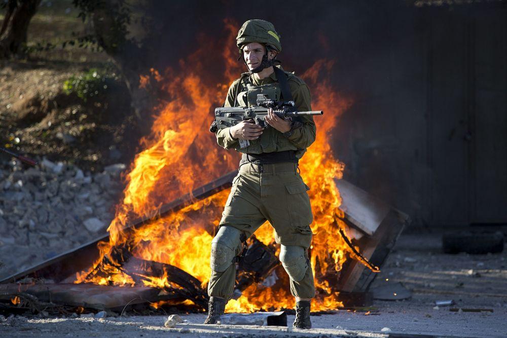 Soldado israelí durante la ola de violencia islamista contra la decisión del presidente estadounidense Donald Trump de reconocer a Jerusalem como la capital de Israel en la ciudad de Shjem, el viernes 8 de diciembre de 2017. (AP Photo / Majdi Mohammed)