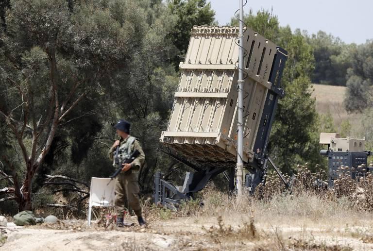 Soldados israelíes hacen guardia junto al sistema de defensa israelí Cúpula de Hierro, diseñado para interceptar y destruir cohetes de corto alcance y proyectiles de artillería, desplegados a lo largo de la frontera con la franja de Gaza el 29 de mayo de 2018. (AFP PHOTO / JACK GUEZ)
