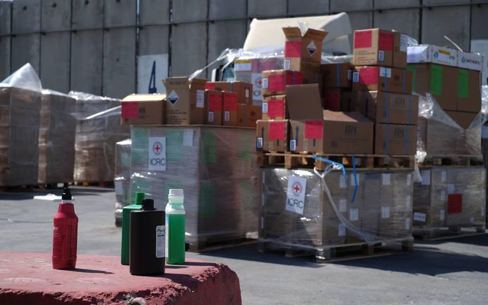 Suministros médicos que esperan ser transportados en camiones a la Franja de Gaza a través del cruce de Kerem Shalom el 13 de mayo de 2018. (Judah Ari Gross / Times of Israel)