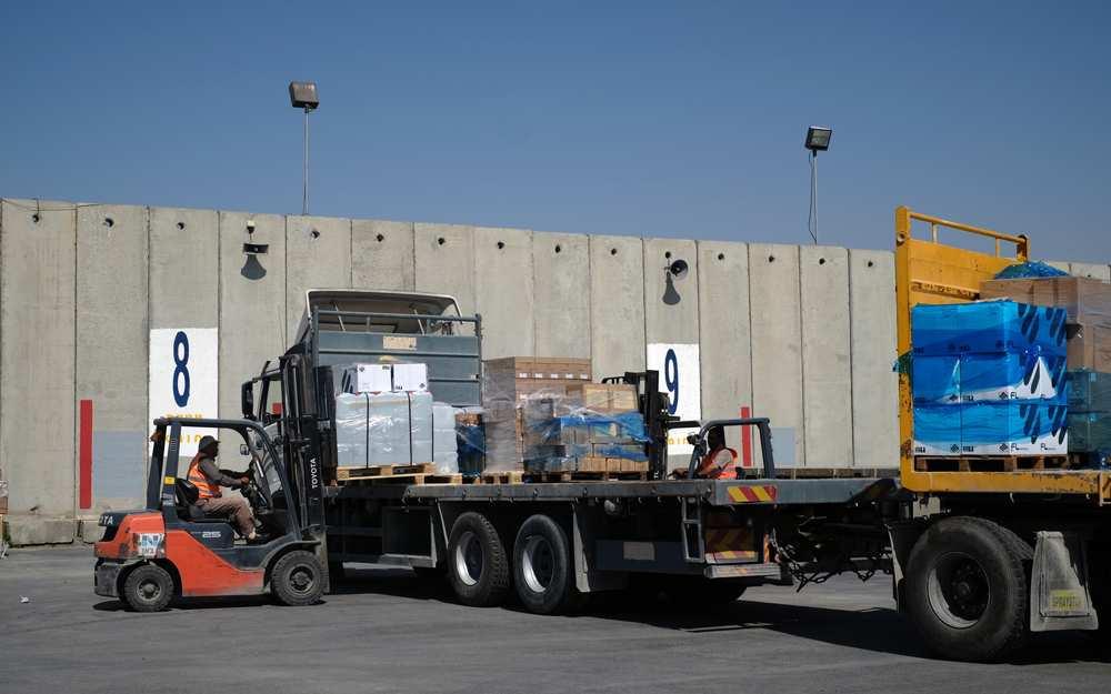 Los trabajadores cargan suministros médicos en un camión con destino a la Franja de Gaza en el Kerem Shalom Crossing el 13 de mayo de 2018. (Judah Ari Gross / Times of Israel)
