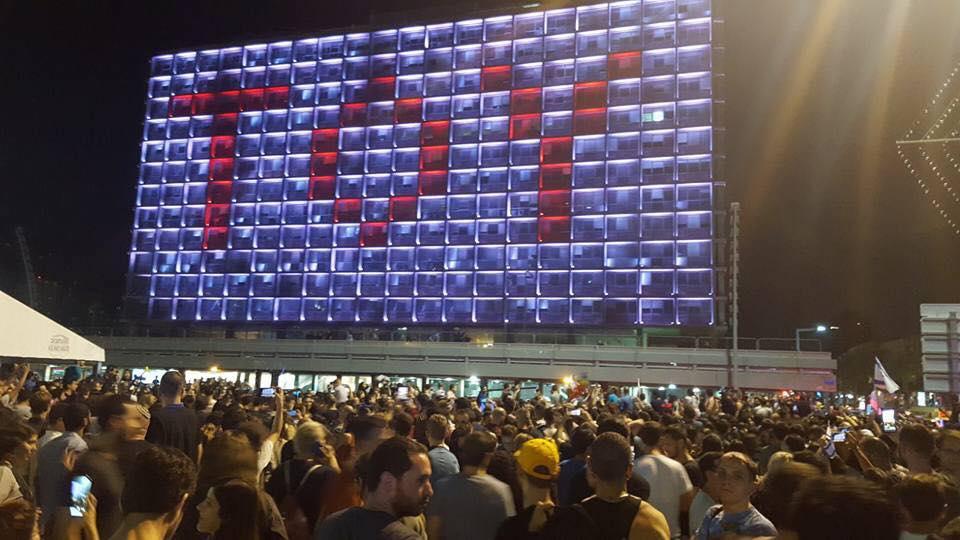 """O grande painel do município de Tel Aviv usou o nome da música """"TOY"""" de Netta Barzilai"""