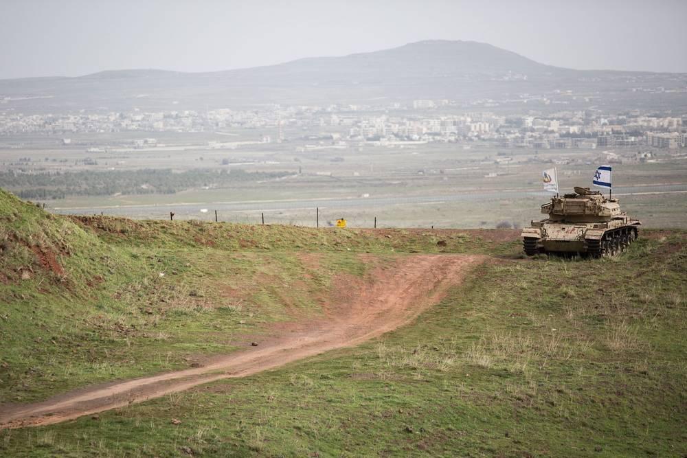 Un viejo tanque israelí con una bandera que domina la ciudad siria de Quneitra en los Altos del Golán el 11 de febrero de 2018. (Hadas Parush / Flash 90)