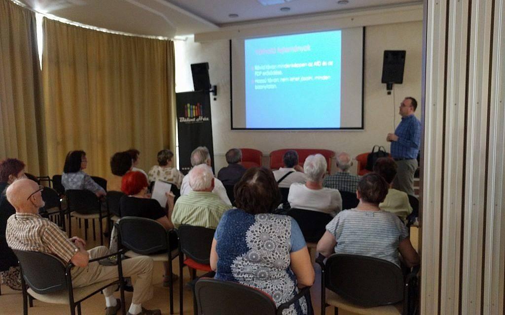 Una clase de educación para adultos para ancianos en Balint House JCC. (Yaakov Schwartz / Times of Israel)