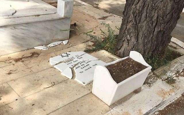 Una lápida judía encontrada destrozada en el cementerio judío de Atenas, Grecia, el 5 de mayo de 2018. (Cortesía / KIS)
