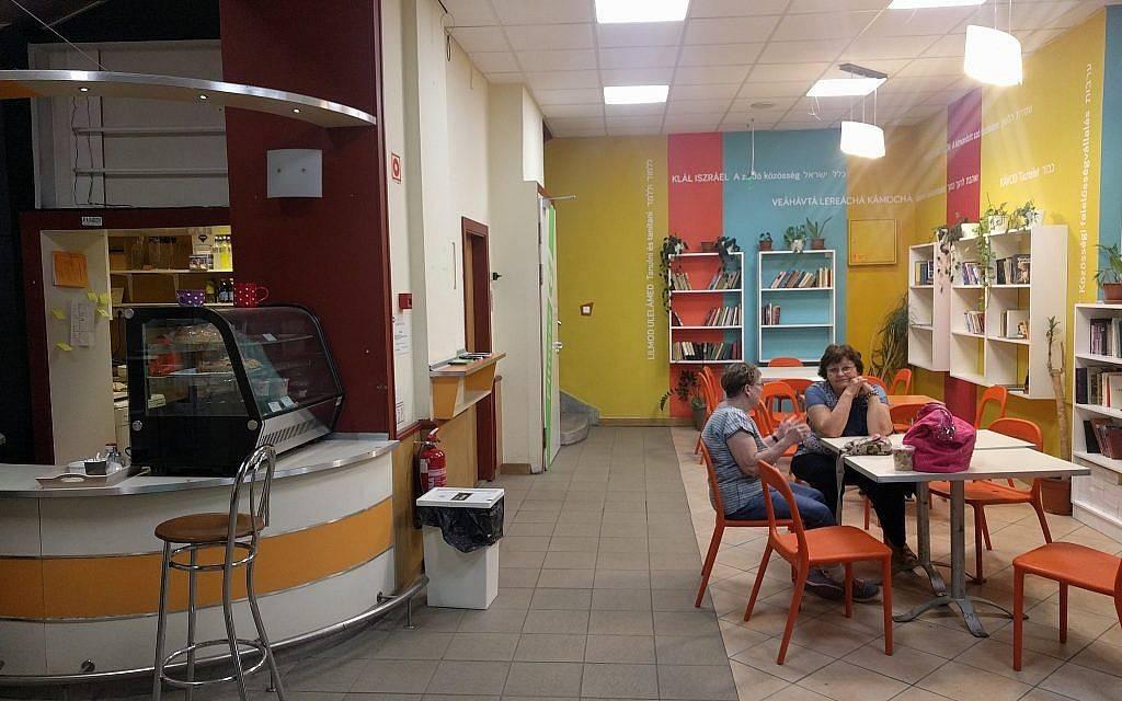 Una pequeña cafetería en el Balint JCC en Budapest. (Yaakov Schwartz / Times of Israel)