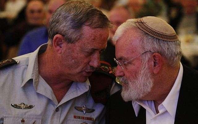 Yaakov Amidror (derecha) visto aquí hablando con el Jefe del Estado Mayor de las FDI, Benny Gantz (crédito de la foto: Miriam Alster / Flash 90)