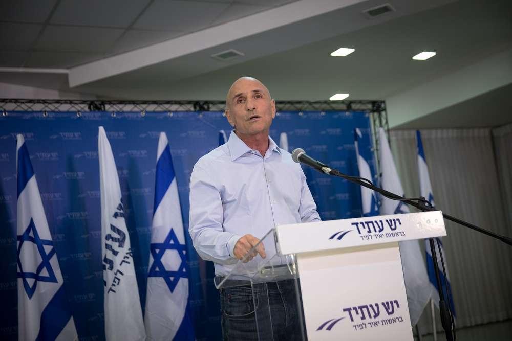 """Yesh Atid MK Ofer Shelah habla durante una conferencia de prensa sobre la llamada """"Ley de Reclutamiento"""" en Tel Aviv el 12 de septiembre de 2017. (Miriam Alster / Flash 90)"""