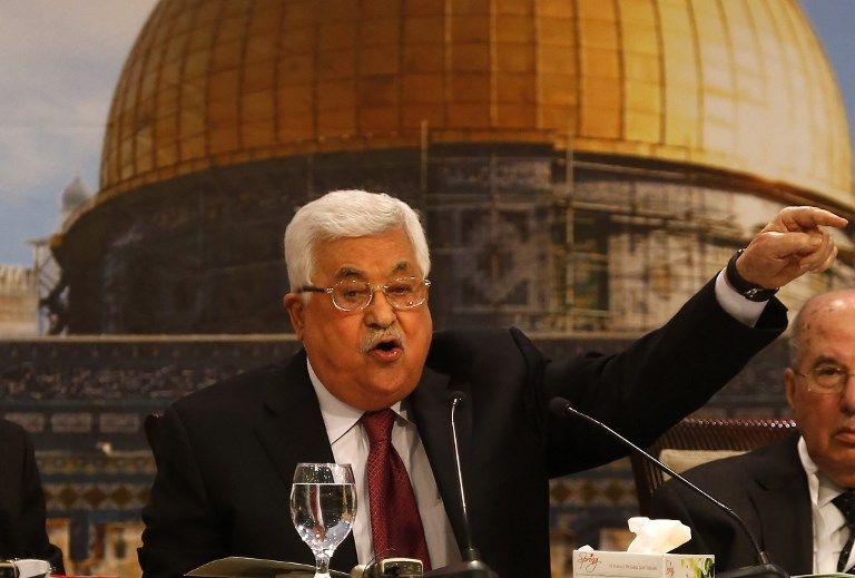 El presidente de la Autoridad Palestina, Mahmoud Abbas, hace un gesto mientras preside una reunión del Consejo Nacional Palestino en Ramallah, el 30 de abril de 2018. (ABBAS MOMANI / AFP)