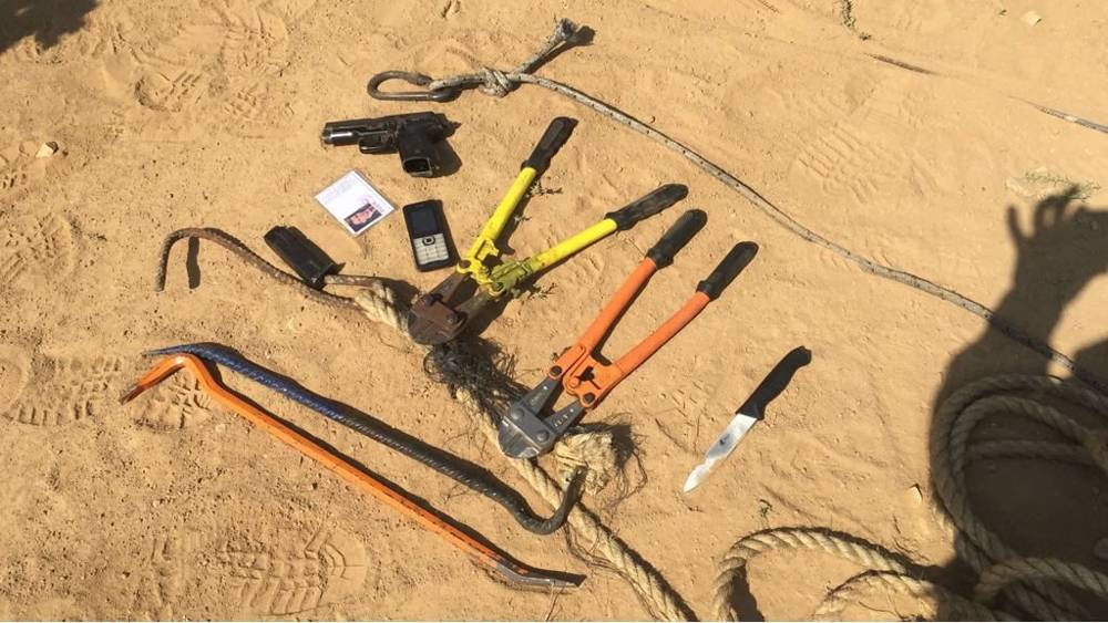 Una pistola, cuchillo, palancas y alicates encontrados en posesión de ocho presuntos terroristas de Hamas, que abrieron fuego contra las tropas israelíes en el norte de la Franja de Gaza el 14 de mayo de 2018. (Fuerzas de Defensa de Israel)