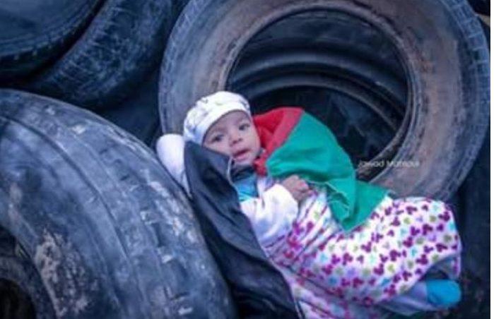 Niño árabe entre los neumáticos llevados por los islamistas, para quemarlos en la frontera con Israel. Crédito: MEMRI