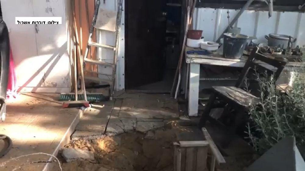 Cráter fuera de casa, cerca de la frontera de Gaza, provocado por un cohete disparado desde el enclave costero el 30 de mayo de 2018. (Captura de pantalla: noticias de Hadashot / Consejo Regional de Eshkol)