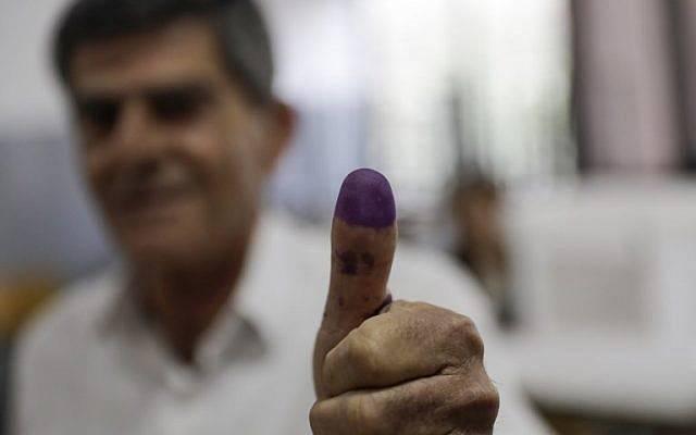 Un libanés exhibe su pulgar manchado de tinta después de emitir su voto en las primeras elecciones parlamentarias en nueve años, en la ciudad costera de Byblos, al norte de la capital, Beirut, el 6 de mayo de 2018. (AFP / Joseph EID)